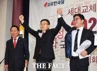 [TF포토] 손맞잡은 황교안 대표와 인권운동가 지성호