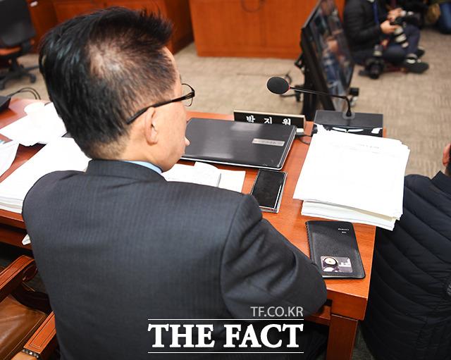 법사위 전체회의에 참석한 박지원 의원의 수첩에 의문의 스티커가?