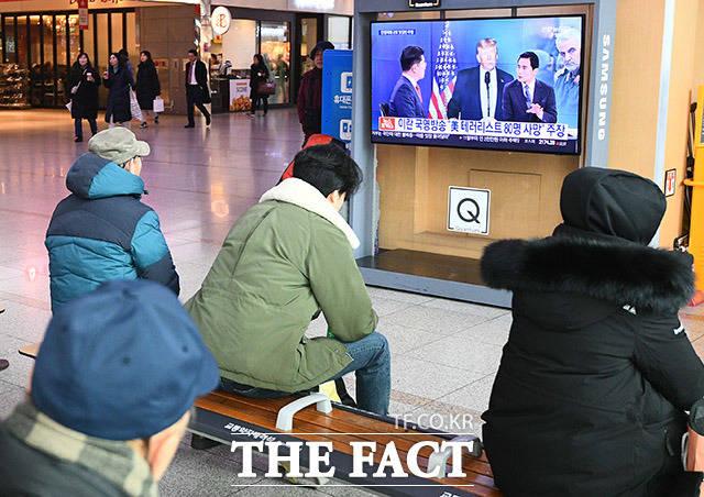 9일 오전 서울 중구 서울역 대합실에서 시민들이 이란의 미군기지 공격 관련 뉴스를 지켜보고 있다. /이동률 기자
