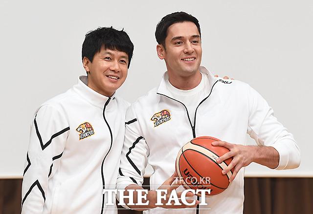 든든한 맏형 김승현(왼쪽)과 줄리엔 강