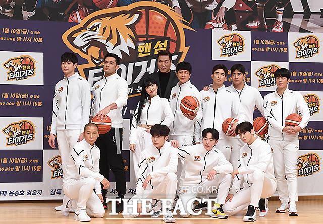 9일 오후 서울 양천구 목동 SBS 사옥에서 열린 새 예능프로그램 진짜 농구, 핸섬타이거즈 제작발표회에서 출연진들이 포즈를 취하고 있다. /이새롬 기자