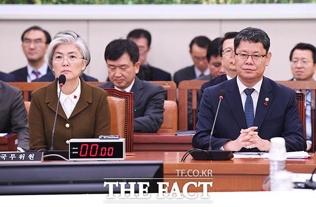 강경화 외교부 장관(왼쪽)과 김연철 통일부 장관이 9일 오전 서울 여의도 국회에서 열린 외교통일위원회 전체회의에 출석해 회의 시작을 기다리고 있다. / 국회=배정한 기자