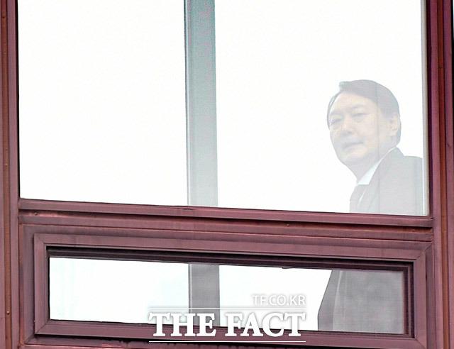 윤석열 검찰총장이 6일 오후 서울 서초구 대검찰청 본관에서 점심식사를 하기 위해 구내식당으로 향하고 있다./임세준 기자