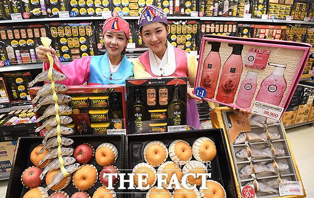 이마트가 설 명절 선물세트 판매를 시작한 가운데, 9일 오전 서울 이마트 용산점에서 모델들이 상품을 들어보이고 있다. /이새롬 기자