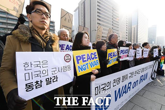 참여연대를 포함해 107개 시민사회단체가 10일 오전 서울 종로구 주한미국대사관 앞에서 미국의 전쟁 행위 규탄과 한국군 파병 반대을 반대하며 No War on Iran 기자회견을 연 가운데 참가자들이 손팻말을 들고 있다. /김세정 기자