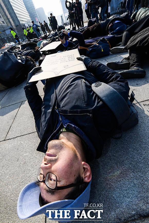 참여연대를 포함해 107개 시민사회단체가 10일 오전 서울 종로구 주한미국대사관 앞에서 미국의 전쟁 행위 규탄과 한국군 파병 반대을 반대하며 No War on Iran 기자회견을 연 가운데 참가자들이 바닥에 누워 퍼포먼스를 펼치고 있다. /김세정 기자