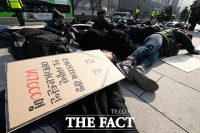 [TF포토] 미 대사관 앞에 누운 '전쟁 반대' 시민단체