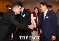 [TF포토] 인사 나누는 장선익 이사와 최정우 회장