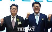 [TF포토] '파이팅'하는 정승일 차관과 최정우 회장