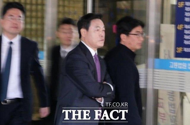 조현식 한국테크놀로지그룹 부회장(오른쪽에서 두 번째)이 업무상 횡령 혐의를 받고 8일 서울중앙지법에서 열린 1회 공판기일에 출석하고 있다. /이한림 기자