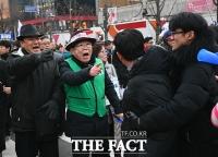 [TF포토] 갈등 빚는 보수단체와 진보단체
