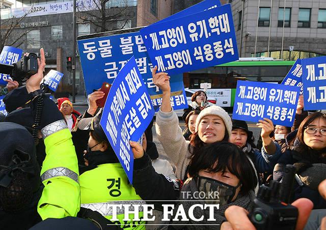 12일 오후 서울 종로구 효자동 치안센터 인근에서 동물보호단체 회원들과 육견협회 회원들이 마찰을 빚고 있다. /이동률 기자