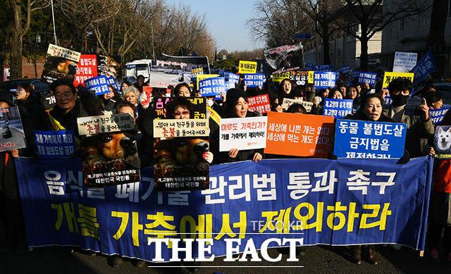 12일 오후 서울 종로구 효자동 치안센터 인근에서 동물보호단체 회원들이 개식용 반대 기자회견을 열고 구호를 외치고 있다. /이동률 기자