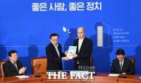 [TF포토] 민주당, 경제 인사에 이용우 카카오뱅크 대표 영입