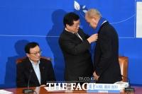 [TF포토] 민주당 목도리 선물 받는 이용우