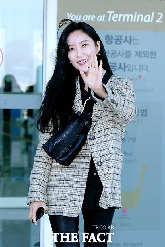 환한 미소까지~, 베테랑 가수의 즐거운 출국길!