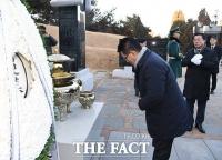 [TF포토] 고 김대중 전 대통령 묘역 참배하는 박지원 의원