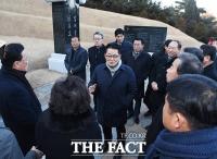 [TF포토] 고 김대중 전 대통령 묘역 찾은 박지원 의원