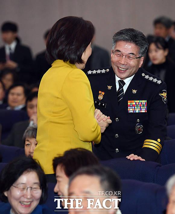 박영선 중소벤처기업부 장관의 인사 받는 민 청장