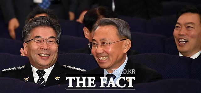 웃으며 대화 나누는 민갑룡 경찰청장(오른쪽)과 김오수 법무부 차관(오른쪽)
