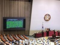 패스트트랙 대전 종료…민주당은 '축배', 한국당은 '규탄'