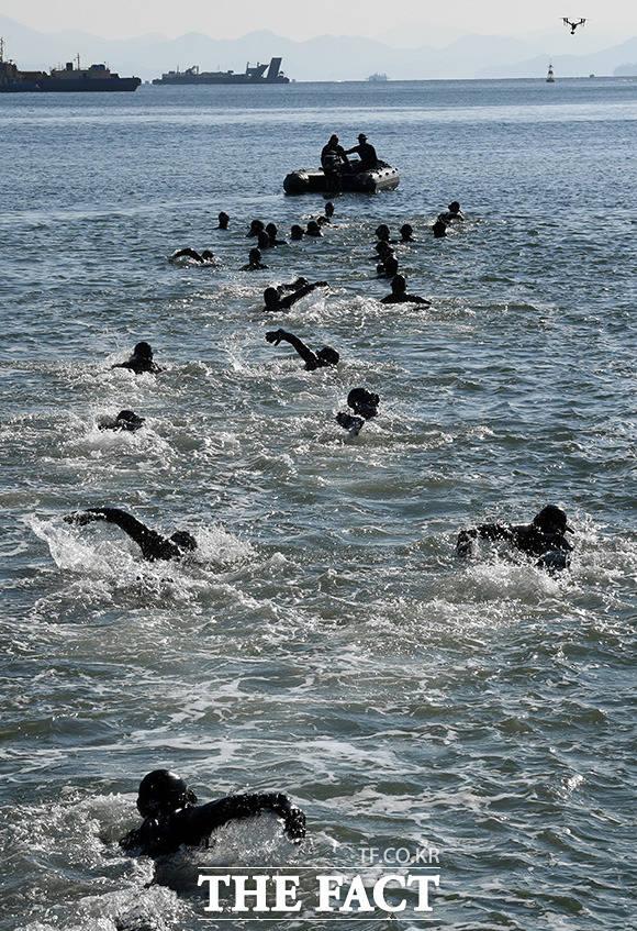 해군 특수전전단 해난구조전대(SSU) 장병들이 15일 오후 경남 창원시 진해구 진해만에서 혹한기 내한 훈련의 일환으로 바다 수영을 하고 있다./창원=임영무 기자