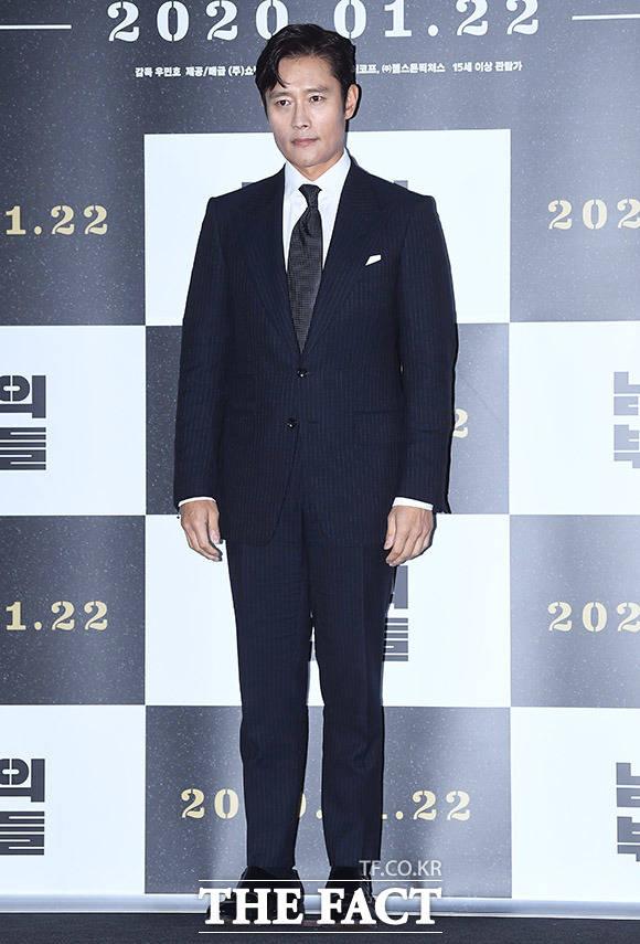 배우 이병헌이 15일 오후 서울 용산구 CGV 용산아이파크몰에서 열린 영화 남산의 부장들의 언론시사회에 참석해 포즈를 취하고 있다. /이동률 기자