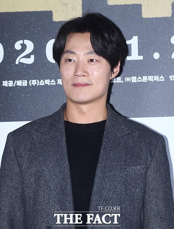 배우 이희준이 15일 오후 서울 용산구 CGV 용산아이파크몰에서 열린 영화 남산의 부장들의 언론시사회에 참석해 포즈를 취하고 있다. /이동률 기자