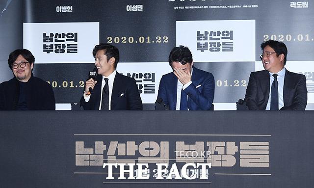 우민호 감독(왼쪽)과 배우 이병헌, 이성민, 곽도원(왼쪽부터)이 15일 오후 서울 용산구 CGV 용산아이파크몰에서 열린 영화 남산의 부장들의 언론시사회에 참석해 웃음을 짓고 있다. /이동률 기자