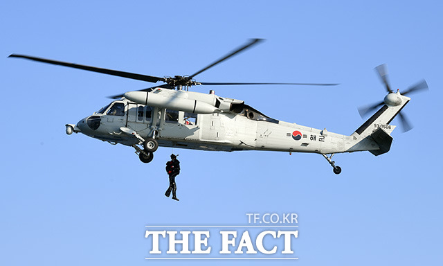 해군 특수전전단 해난구조전대(SSU) 장병들이 15일 오후 경남 창원시 진해구 진해만에서 항공 인명구조 훈련을 하고 있다./창원=임영무 기자