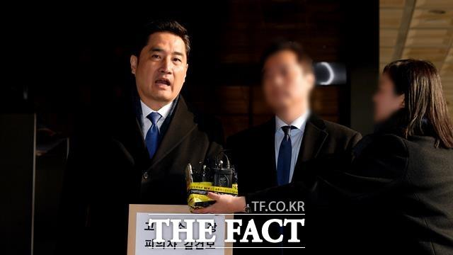 가수 김건모의 성폭행 의혹 및 폭행논란은 폭로 당사자가 강용석 변호사라는 사실만으로 더 뜨거운 관심을 받았다. 사진은 지난해 김건모의 성폭행 의혹관련 고소장 제출 당시 강용석 변호사. /이덕인 기자