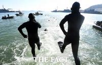 [TF포토] 바다로 뛰어드는 바다 사나이들