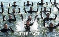 [TF사진관] 해군 해난구조대(SSU) 혹한기 훈련, '겨울 바다도 예외일 수 없다!'
