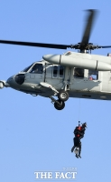 [TF포토] 항공 인명 구조 훈련 하는 SSU