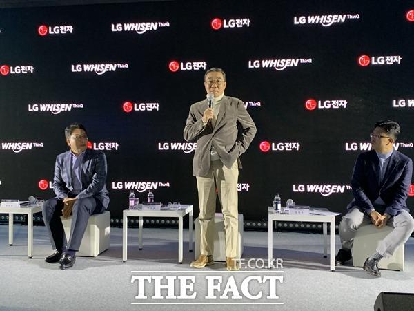이감규 LG전자 H&A사업본부 에어솔루션사업부장(사진 가운데)이 2020년형 휘센 에어컨을 공개하며 1등 브랜드를 달성하겠다고 포부를 밝혔다. /최수진 기자