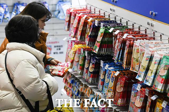 반려묘 전문 박람회인 케이캣페어가 17일 오전 서울 강남구 삼성동 코엑스 전시홀에서 열린 가운데 현장을 찾은 시민들이 반려묘 간식 상품을 구경하고 있다. /김세정 기자