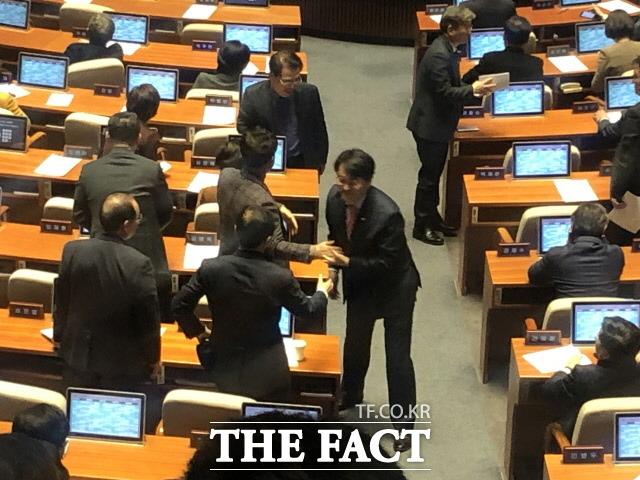 지난 13일 유치원 3법이 국회 본회의 통과 후 유치원 비리를 처음 밝혀냈던 박용진 민주당 의원은 중재안을 낸 임재훈 바른미래당 의원을 비롯한 다른 의원들과 축하의 인사를 나눴다. /문혜현 기자