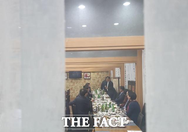 민주당 의원들은 지난 13일 국회 본회의에서 패스트트랙 법안들을 모두 통과시킨 후 서울 여의도의 한 식당에서 축배를 들었다. /박숙현 기자