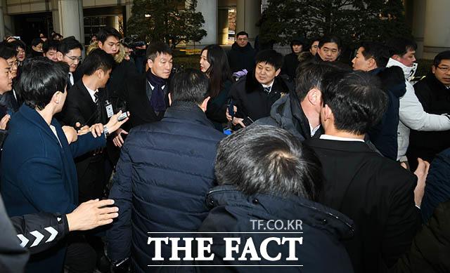 항의하는 시민들을 피해 이동하는 이 부회장