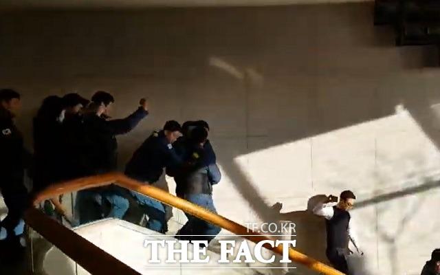 문재인 대통령의 신년 기자회견이 있었던 14일 청와대 춘추관에서 비명과 함께 경찰들이 급히 이동하는 모습이 포착됐다. 이날의 소란은 다름 아닌 경찰들의 훈련으로 확인됐다. /청와대=신진환 기자