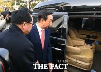 [TF포토] 차량으로 이동하는 김성태 의원