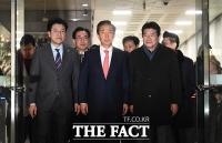 [TF포토] '1심 무죄 선고'...법정 나서는 김성태