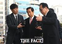 [TF포토] 어두운 표정으로 법정 들어가는 김성태