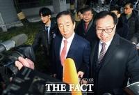 [TF포토] 지지자들과 법정 나서는 김성태 의원