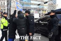 [TF포토] 김성태 의원 차량 향해 항의하는 시민단체