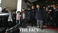 [TF포토] 시민단체에게 항의받는 김성태 의원