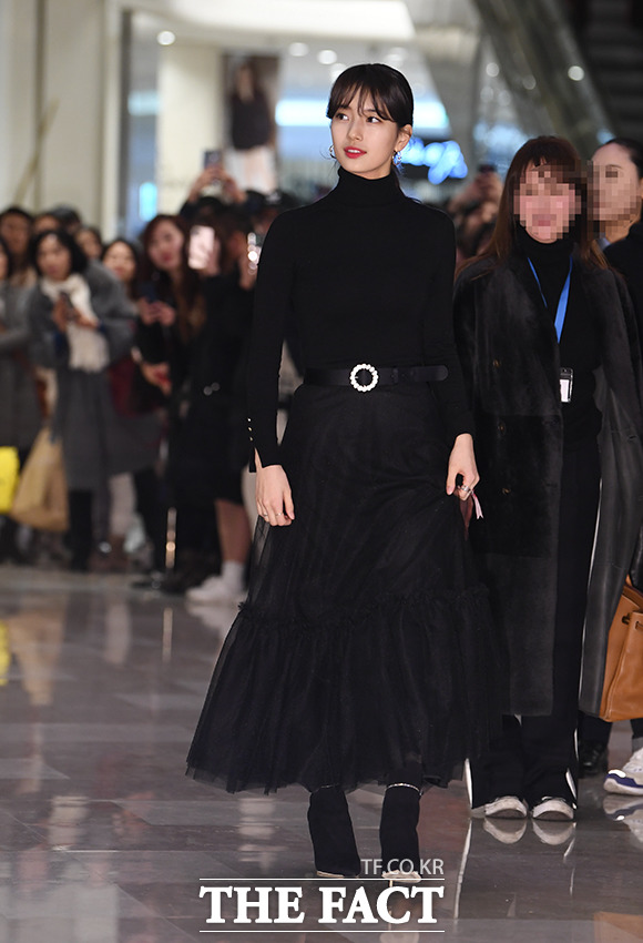 가수 겸 배우 수지가 18일 오후 서울 송파구 잠실 롯데월드몰에서 열린 한 뷰티 브랜드 행사에 참석해 포토타임을 갖고 있다. / 배정한 기자