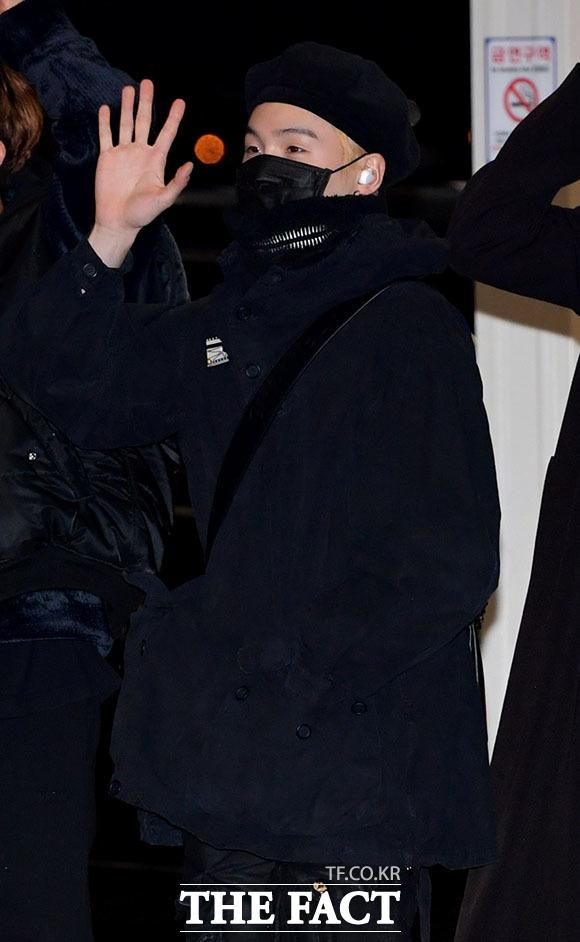 그룹 방탄소년단(BTS)의 슈가가 18일 오후 해외 일정을 소화하기 위해 인천국제공항 출국장으로 향하며 손인사를 하고 있다. /인천국제공항=이덕인 기자