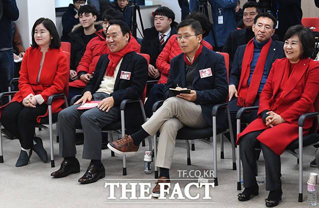 정치에 도전하는 청년들의 발언 듣는 황교안 대표(왼쪽 세번째)