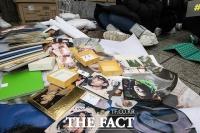 [TF포토] '쌓여있는 첸의 굿즈와 사진'